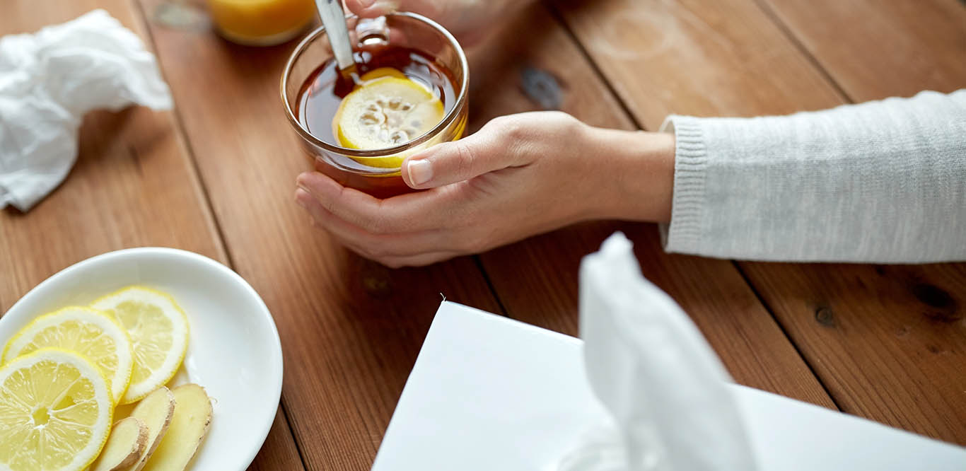 Tee mit Zitrone in Händen